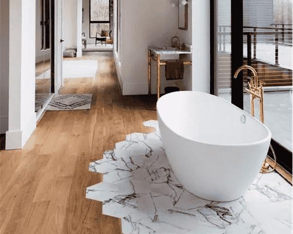 当瓷砖遇上木地板,听着怎么也觉得不靠谱。但是随着装修工艺的不断进步,不同空间选择不同材质地面材料,甚至在同一个空间将木地板和地砖进行组合铺贴,都不再是什么大问题。一定要说最大问题,可能装修师傅应该会比较头痛!