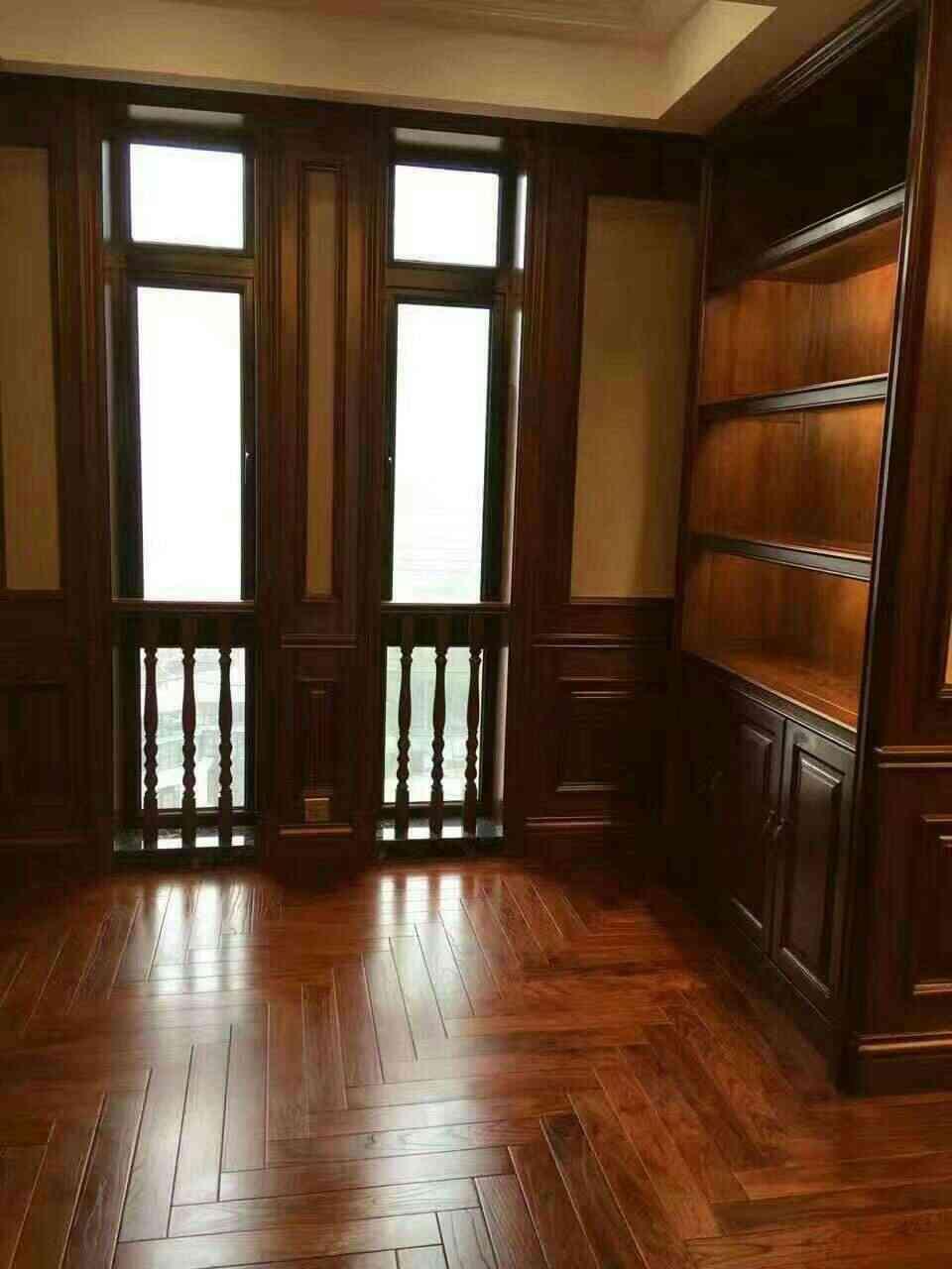 装饰效果超赞~复古棕色原木家具和人字拼花地板很搭,为了配套,许多